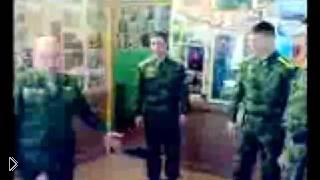 Пьяный командир учит солдатов защищать девушку - Видео онлайн