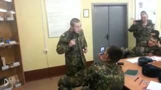 Смотреть онлайн Солдат сам ударил себя электрошоком