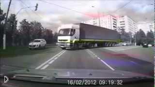 Смотреть онлайн Авария с грузовиком на дороге