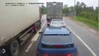 Смотреть онлайн Дальнобойщики проучили хама на дороге