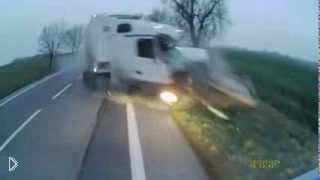Смотреть онлайн Страшная авария с участием двух грузовиков