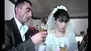 Прикол с женихом и невестой: пьют на брудершафт - Видео онлайн