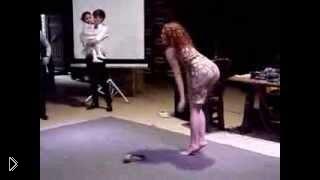 Смотреть онлайн Конкурс на свадьбе: странные танцы девушек