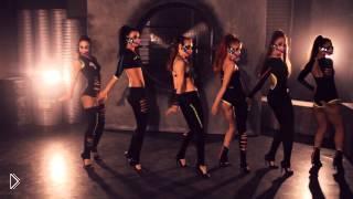 Смотреть онлайн Девушки в костюмах танцуют go go