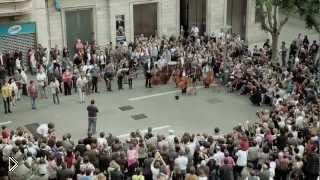 Смотреть онлайн Симфонический оркестр устроил флеш моб на улице