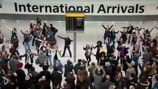Смотреть онлайн Вокальный флеш моб в аэропорту Лондона
