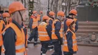 Смотреть онлайн Танцевальный флешмоб строителей в Москве 2013 год