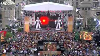 Смотреть онлайн Флешмоб с участием Опры Уинфри и Black Eyed Peas