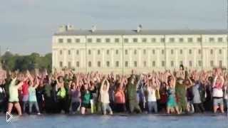 Смотреть онлайн Летний танцевальный флешмоб в воде