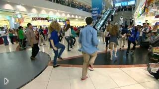 Смотреть онлайн Классный флешмоб в аэропорту Дубая