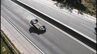 Смотреть онлайн Перевернутый автомобиль едет по шоссе