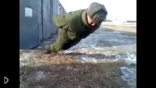 Смотреть онлайн Русский солдат умеет отжиматься и без рук