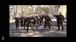 Смотреть онлайн Армейский прикол: солдаты сняли клип про службу