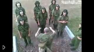 Смотреть онлайн Армейский прикол: офицер учит солдат водить танк