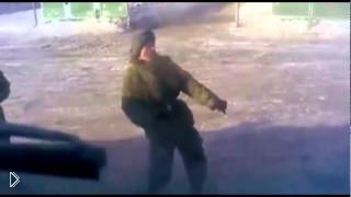 Смотреть онлайн Прикол в армии: солдат танцует под Gangnam Style