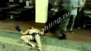 Смотреть онлайн Самый короткий бой солдат в боксерских перчатках