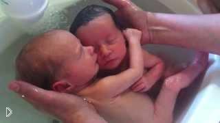 Смотреть онлайн Первое купание новорожденных двойняшек