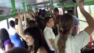 Пассажиры автобуса дружно поют русскую песню - Видео онлайн