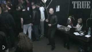 Смотреть онлайн Драка гопников и неформалов на концерте
