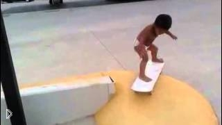 Смотреть онлайн Маленький скейтер учится трюкам