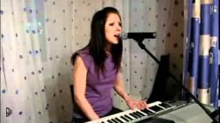 Красивая девушка красиво поет и играет на синтезаторе - Видео онлайн