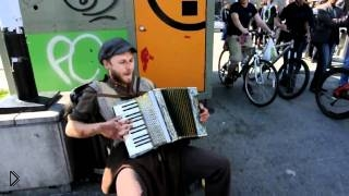 Смотреть онлайн Американский уличный исполнитель просто круто поет