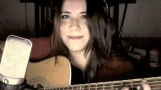 Смотреть онлайн Красивая девушка шикарно поет песню из игры Skyrim