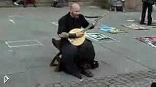 Смотреть онлайн Уличный музыкант поет как ангел