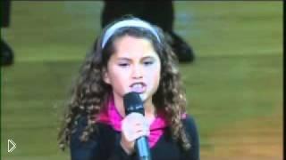Смотреть онлайн Девочка поет гимн США перед баскетбольным матчем
