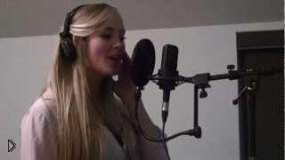 Смотреть онлайн Красивая девушка с ангельским голосом красиво поет