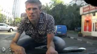 Смотреть онлайн Неадекватный парень запрыгнул на капот авто