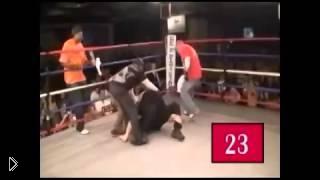 Смотреть онлайн Невменяемый боксер напал на рефери