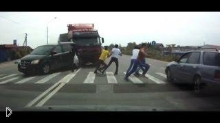 Смотреть онлайн Подборка: пешеходы поднимают настроение водителям