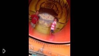Смотреть онлайн Маленькая девочка упала катаясь на аттаркционе