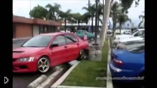 Смотреть онлайн Идиоты на дороге: подборка неудачных дрифтов