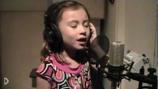 Смотреть онлайн Кристальный голос семилетней девочки