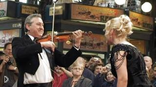 Смотреть онлайн Красивый песенный флешмоб в Будапеште на базаре