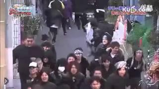 Смотреть онлайн Очень смешной флеш моб из Японии