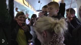 Смотреть онлайн Флеш моб симфонический оркестр играет в вагоне метро