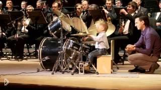 Смотреть онлайн Мальчик-барабанщик на сцене с оркестром