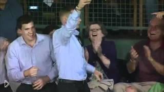 Смотреть онлайн В стакан болельщика на трибуне залетел мяч