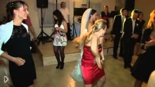 Смотреть онлайн Дама в красном отожгла на свадьбе