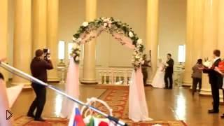 Смотреть онлайн Невеста оказалась голой прямо перед алтарем