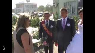 Невеста попала бокалом в голову прохожей женщине - Видео онлайн