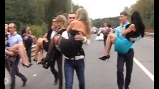 Смотреть онлайн Прикол на свадьбе: парень упал с девушкой на руках