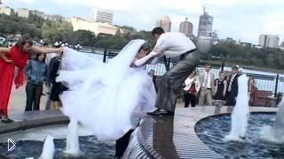 Смотреть онлайн Свадебный прикол: жених и невеста упали в фонтан