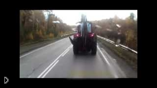 Смотреть онлайн Авария со смертельным исходом: грузовик vs трактор