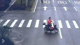 Смотреть онлайн Женщина чудом не пострадала в аварии