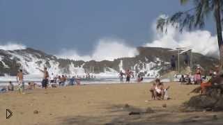 Смотреть онлайн Опасную волну засняли туристы