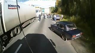 Смотреть онлайн Дальнобойщики избили грабителям и перевернули их авто